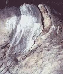 Деструкция мрамора: грануляция и трещины