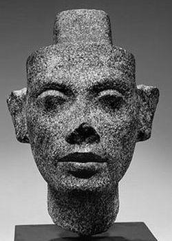 Голова Нефертити-1 в зрелом возрасте (анфас)
