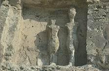 фигуры Эхнатона и Нефертити стелы U