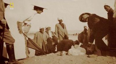 Герцогиня Мария Иммакула вместе с Борхардтом наблюдают за раскопками