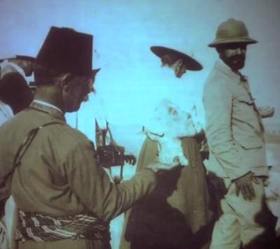 Человек держит голову Эхнатона