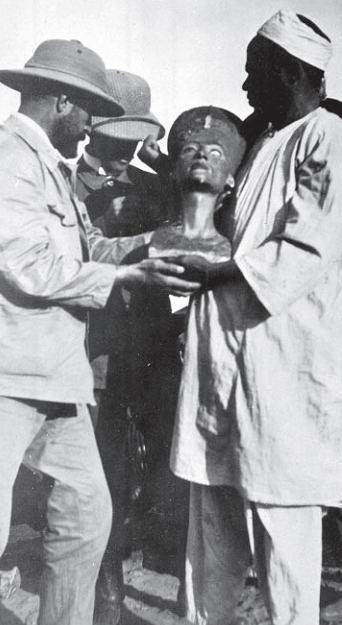 Испачканная статуя Нефертити-3