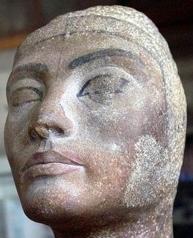 Нефертити-11 с размазанными губами