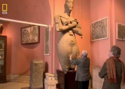 Бедра Эхнатона. Кадр из кинофильма «Одиссея Нефертити»