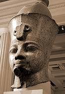 Аменхотеп III (e) — зрелый человек лет 30