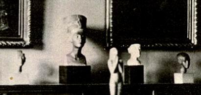 Гостиная в доме на улице Тиргартен 15а, где виден бюст Нефертити-3W