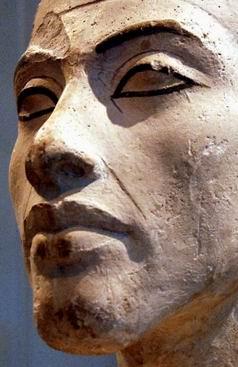 Другой ракурс лица Эхнатона