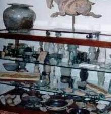 Шкафчик с антиквариатом
